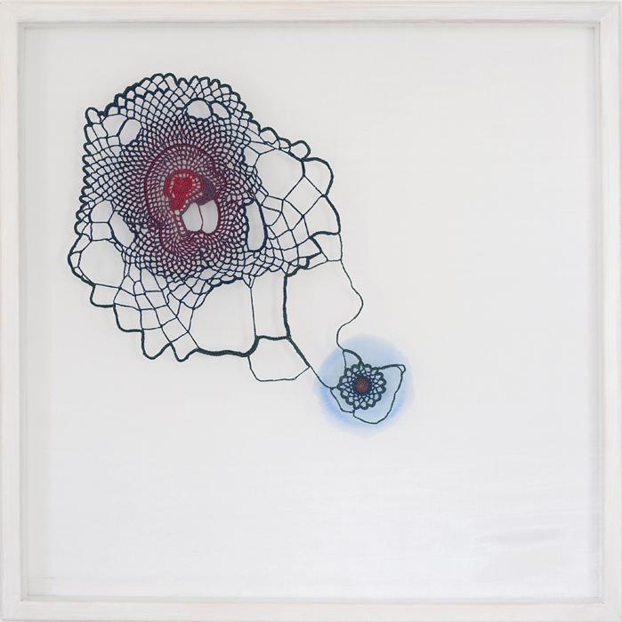 Lättnad, tråd, organzaväv och akvarell, 61x61 cm