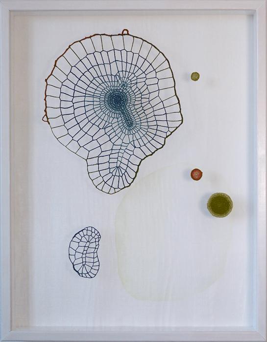 Glömskan, tråd, organzaväv och akvarell, 66x51 cm